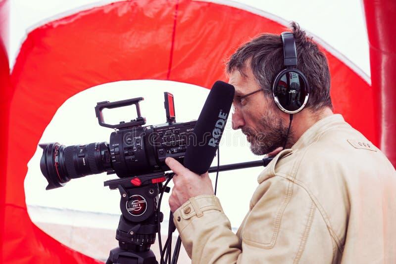 Cameraman die op de straat schieten royalty-vrije stock afbeelding
