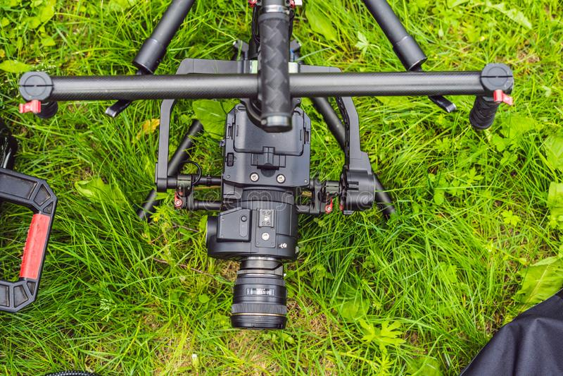 Cameraman installant le stabilisateur triaxial professionnel résistant de cardan pour la caméra de cinéma images libres de droits