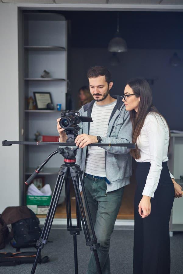 Cameraman montrant la longueur à l'acteur photo libre de droits