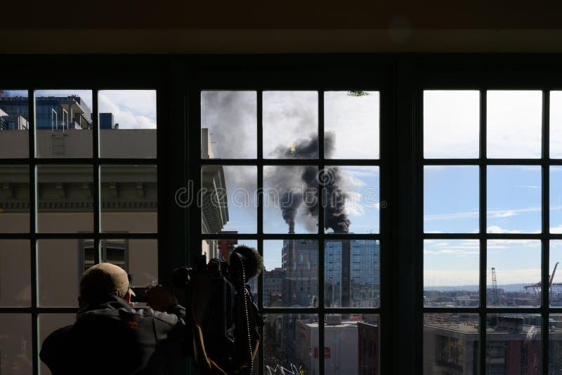 Cameraman no local filmando fumaça da usina a vapor imagens de stock royalty free