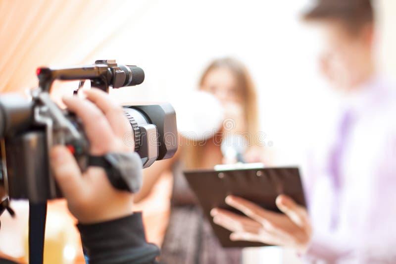 Cameraman op het werk royalty-vrije stock afbeelding