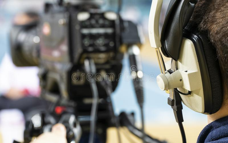 Cameraman professionnel avec des écouteurs avec le caméscope 4K images libres de droits