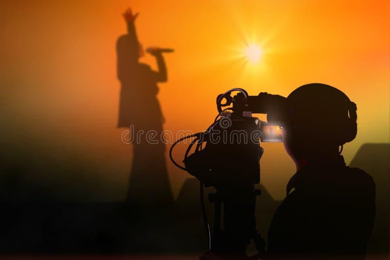 Cameraman tirant un concert vivant sur l'étape image libre de droits