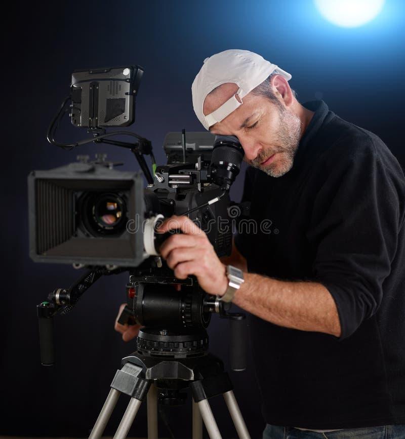 Cameraman travaillant avec un appareil-photo de cinéma photographie stock