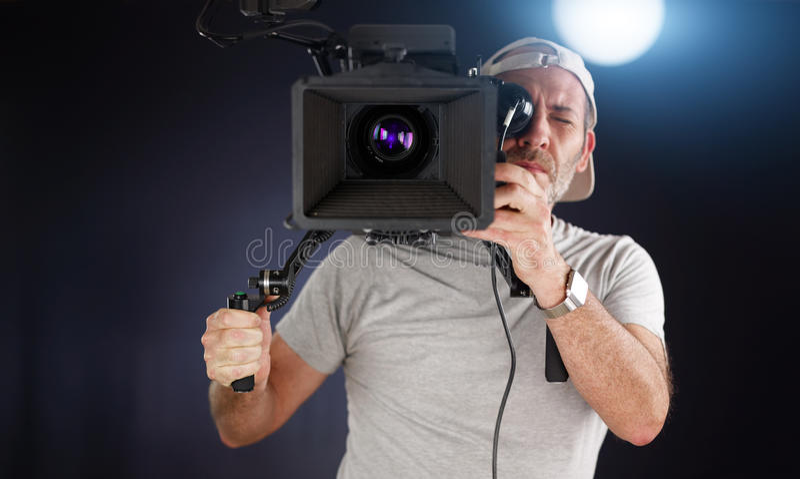 Cameraman travaillant avec un appareil-photo de cinéma photos libres de droits