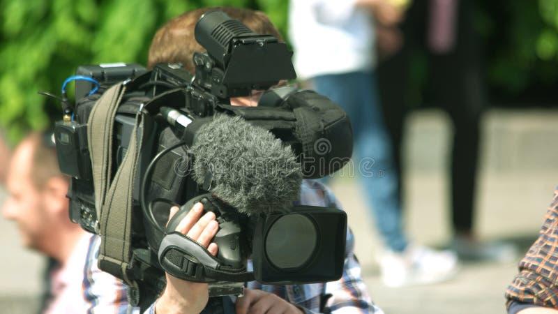 Cameraman travaillant dehors image libre de droits