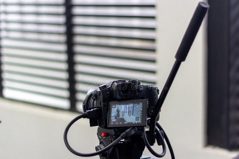 Cameraman travaillant une production de tir ou de vidéo de film avec l'équipement d'appareil-photo photos stock