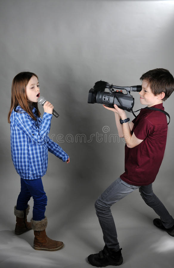 Cameraman y cantante imagen de archivo libre de regalías