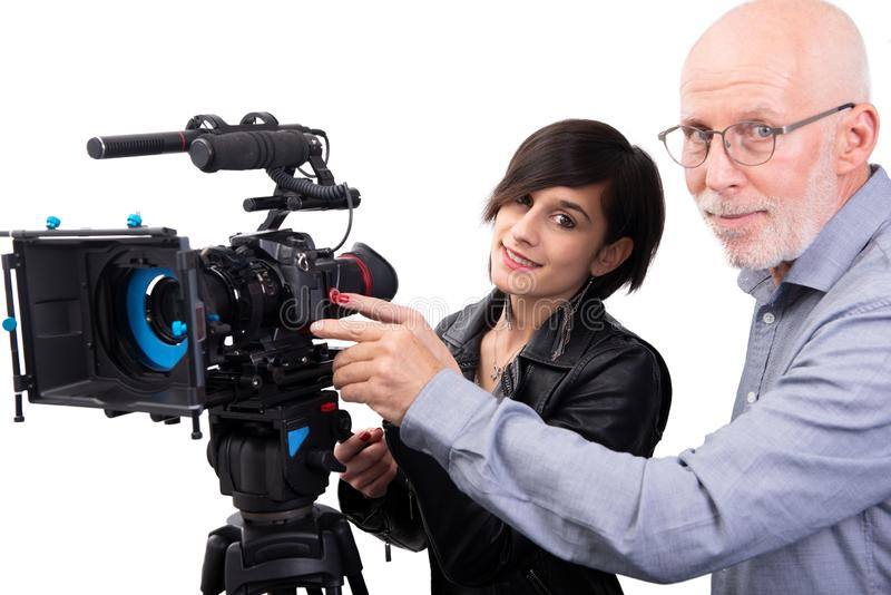 Cameraman y una mujer joven con una c?mara de pel?cula DSLR en blanco imágenes de archivo libres de regalías