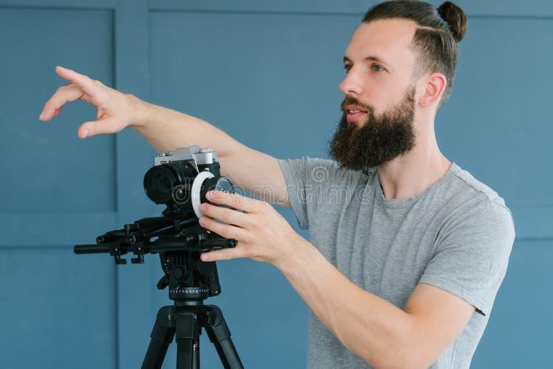 Cameramaninstructie die vinger het leiden richten royalty-vrije stock afbeelding