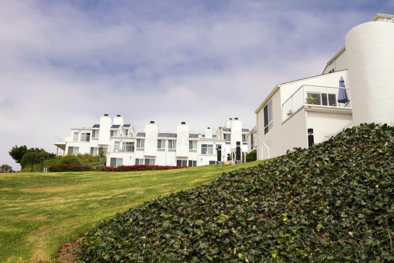 Camere bianche moderne su una collina in California fotografie stock
