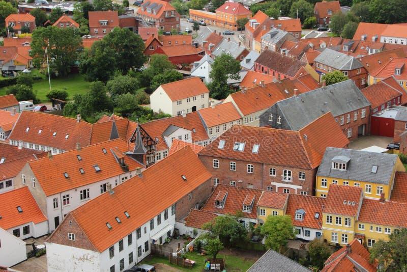 Camere con il tetto di mattonelle rosse nella prospettiva di Birdseye fotografia stock libera da diritti