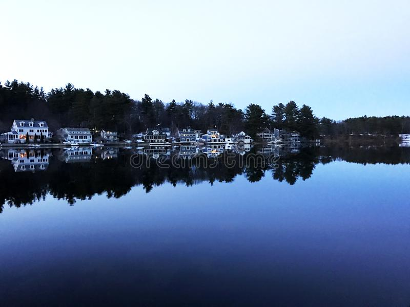 Camere del lago su un lago blu ancora immagine stock libera da diritti