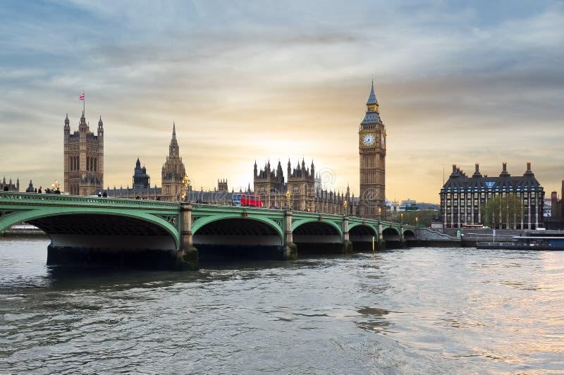 Camere del ponte al tramonto, Londra, Regno Unito del Parlamento, di Big Ben e di Westminster fotografie stock
