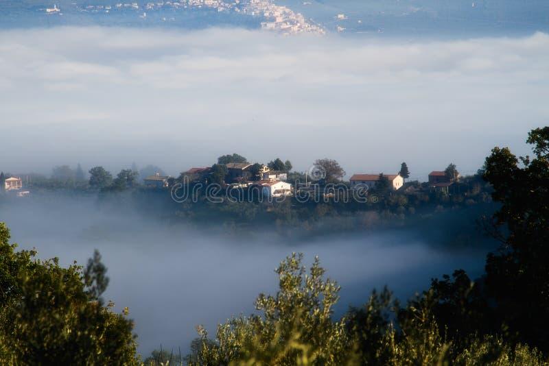Camere della Toscana nella nebbia fotografie stock