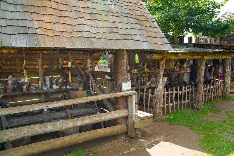 Camere di commercio Ricostruzione del villaggio del normanno, datata da 1050 Centro scolastico per i bambini L'Inghilterra, Regno immagini stock libere da diritti