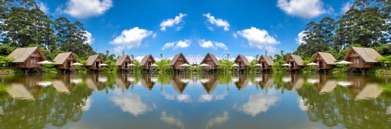 Camere di panorama in lago con cielo blu nella luce del giorno HDR immagini stock