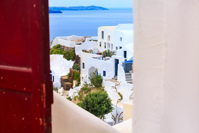 Camere di Santorini, Grecia, vista attraverso la porta immagine stock