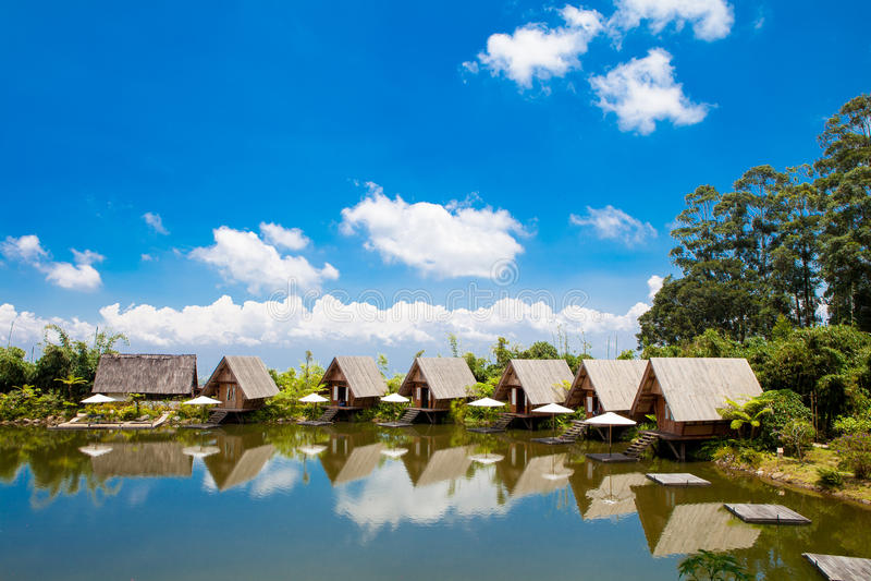 Camere in lago con cielo blu nella luce del giorno fotografie stock