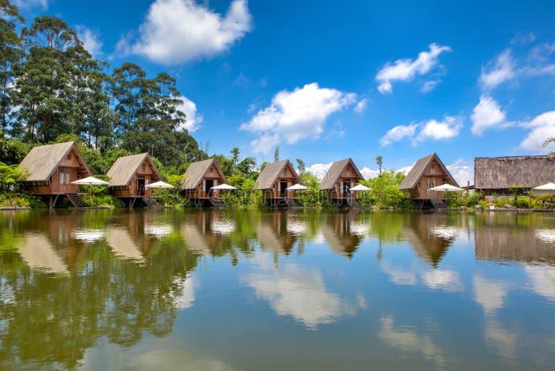 Camere in lago con cielo blu nella luce del giorno HDR fotografia stock libera da diritti