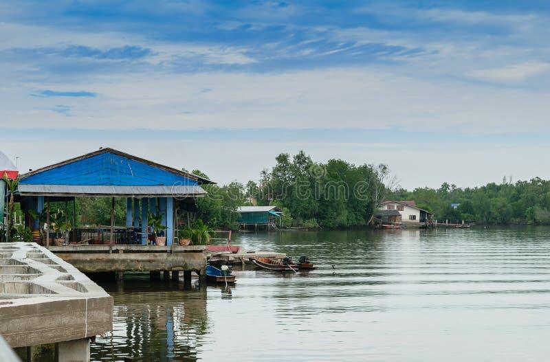 Camere lungo il fiume con i crogioli di coda lunga in Tailandia immagini stock libere da diritti