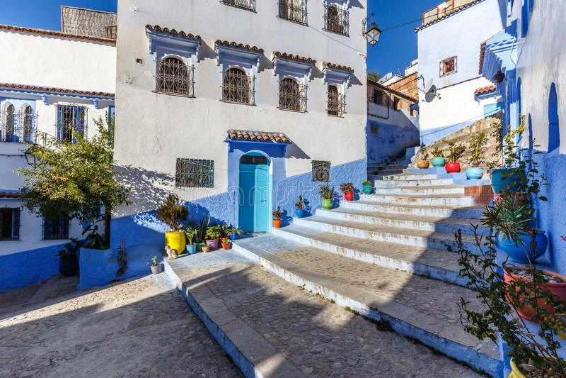 Camere nella città blu Chefchaouen con i vasi da fiori colourful fotografie stock