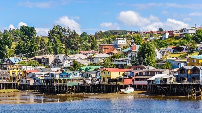 Camere sulle colonne di legno, isola di Chiloe, Cile fotografie stock
