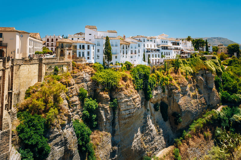 Camere tradizionali bianche sopra la Tajo De Ronda Is che una gola scolpisce fotografie stock libere da diritti