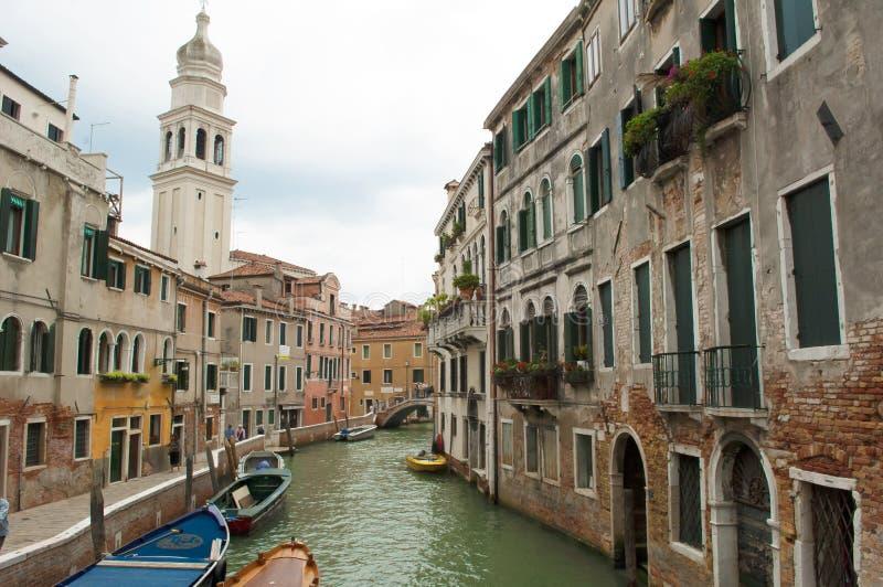 Camere veneziane sul piccolo canale, Venezia, Italia fotografia stock
