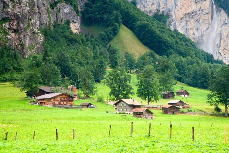 Camere vicino ad una montagna rocciosa ripida immagine stock libera da diritti