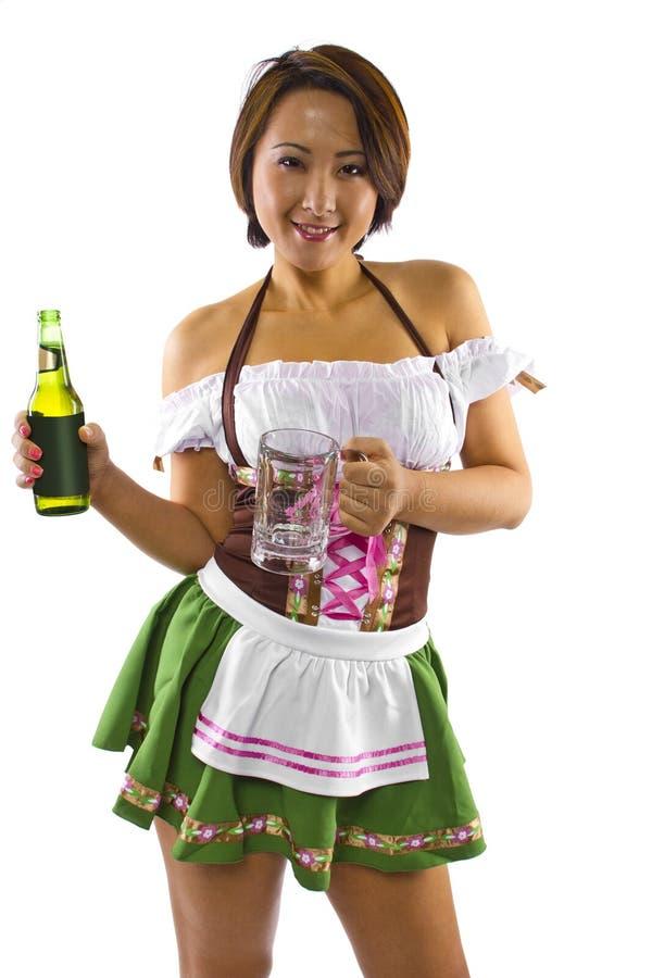 Cameriera di bar asiatica di Oktoberfest immagini stock