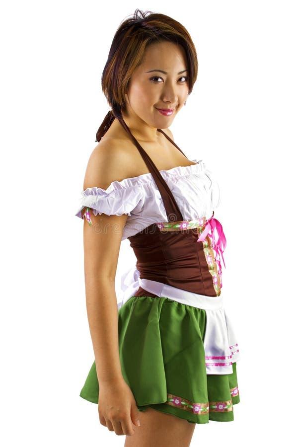 Cameriera di bar asiatica di Oktoberfest fotografia stock libera da diritti