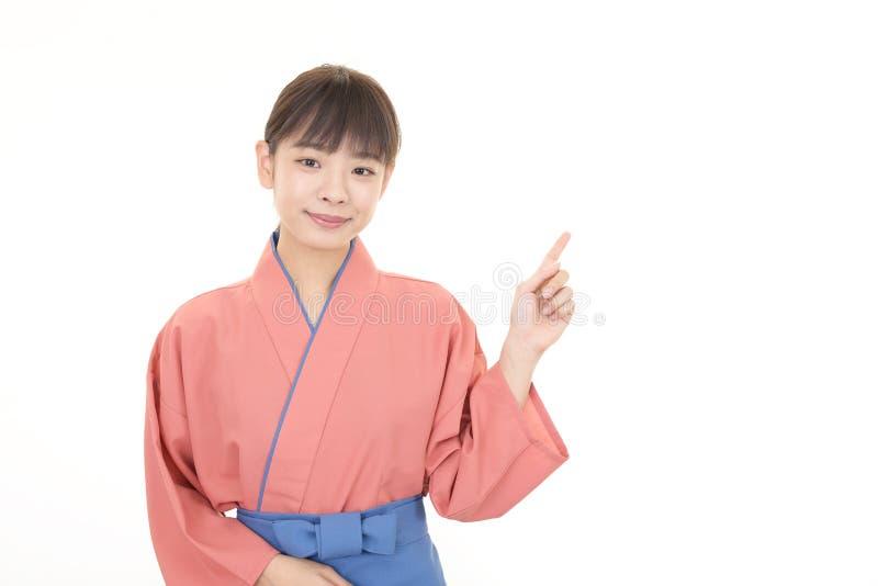 Cameriera di bar asiatica sorridente immagine stock libera da diritti