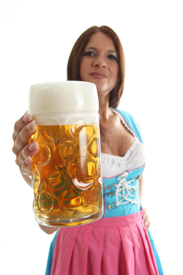 Cameriera di bar bavarese che tiene una tazza di birra di Oktoberfest immagine stock libera da diritti