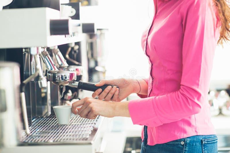Cameriera di bar che produce caffè fotografie stock