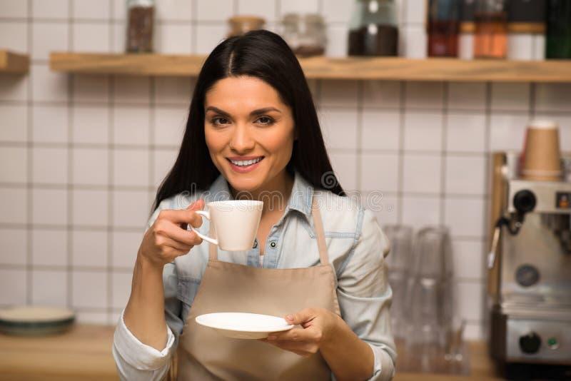 Cameriera di bar che tiene tazza di caffè immagine stock libera da diritti