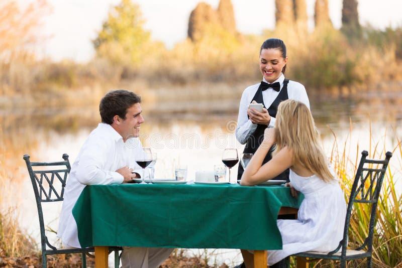 Cameriera di bar della cena delle coppie immagini stock libere da diritti