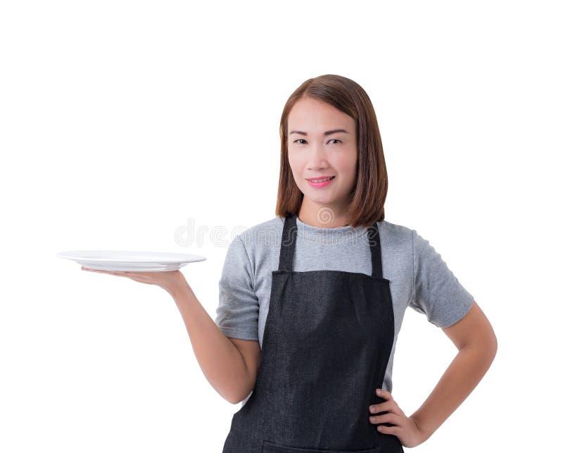 Cameriera di bar, donna o donna militare di consegna in camicia grigia e grembiule isolato su fondo bianco fotografia stock libera da diritti