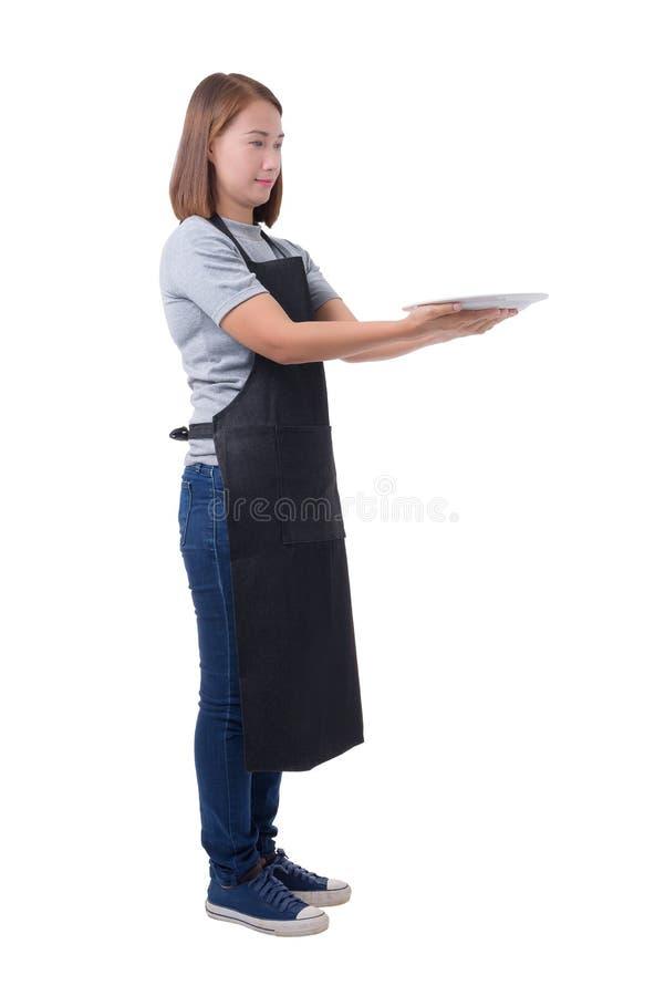 Cameriera di bar, donna o donna militare di consegna in camicia grigia e grembiule isolato su fondo bianco fotografia stock