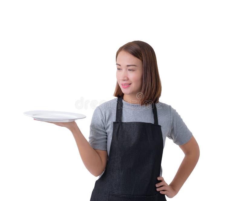 Cameriera di bar, donna o donna militare di consegna in camicia grigia e grembiule isolato su fondo bianco immagine stock libera da diritti