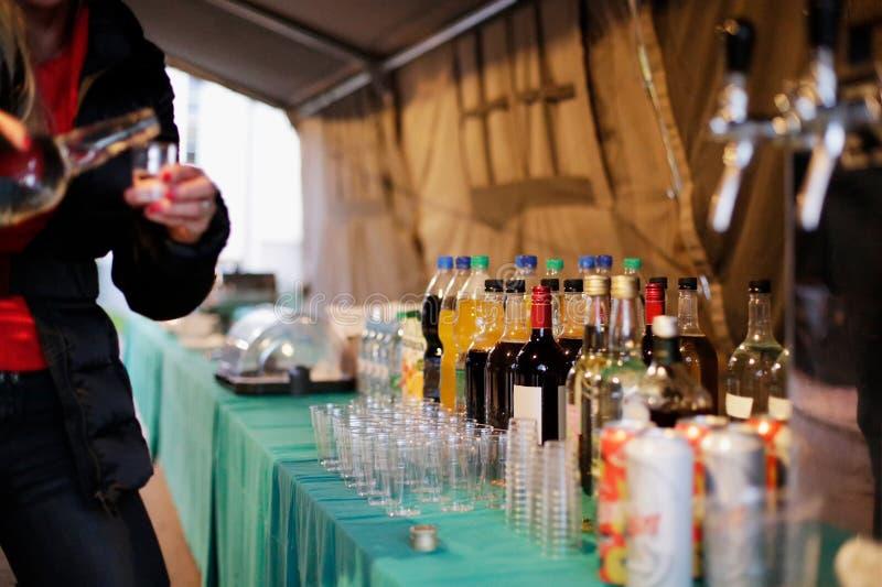 Cameriera di bar e baverage sotto una tenda del partito fotografia stock