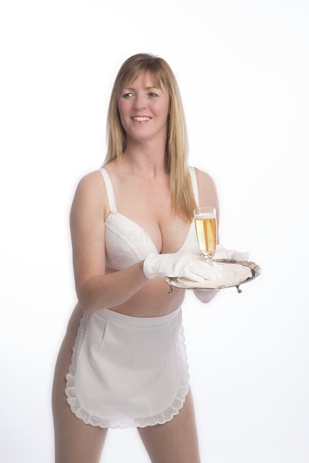 Cameriera di bar in grembiule con bicchiere di vino immagini stock