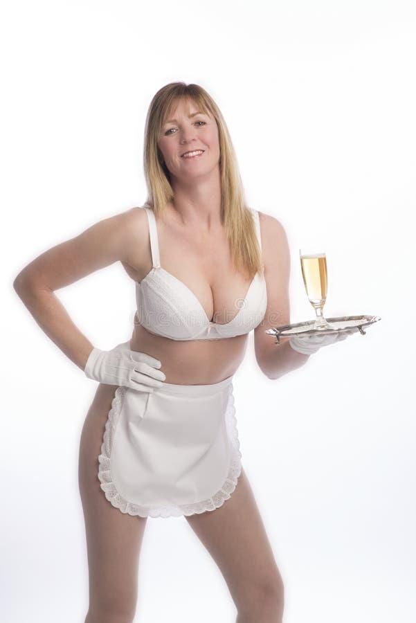 Cameriera di bar in grembiule con bicchiere di vino fotografia stock