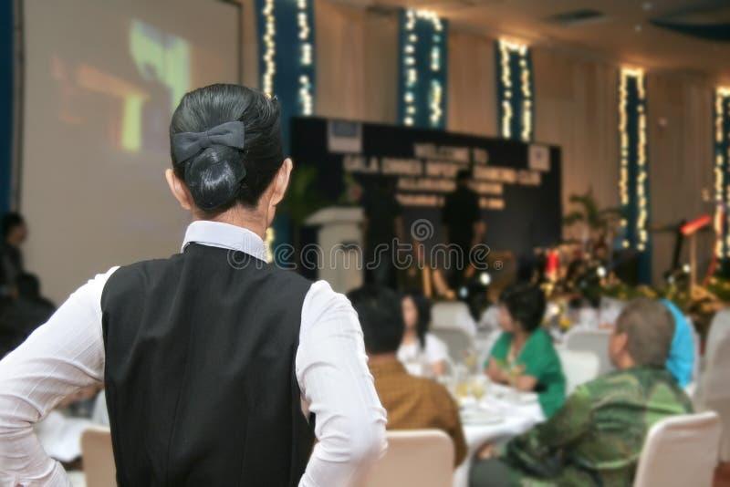 Cameriera di bar pronta nel pranzo di galà fotografie stock libere da diritti