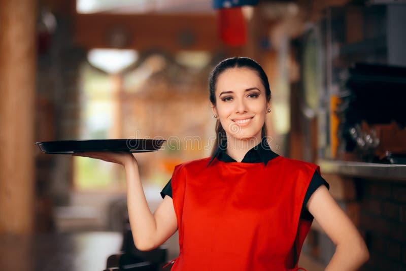 Cameriera di bar sorridente Holding Tray in un ristorante fotografia stock libera da diritti