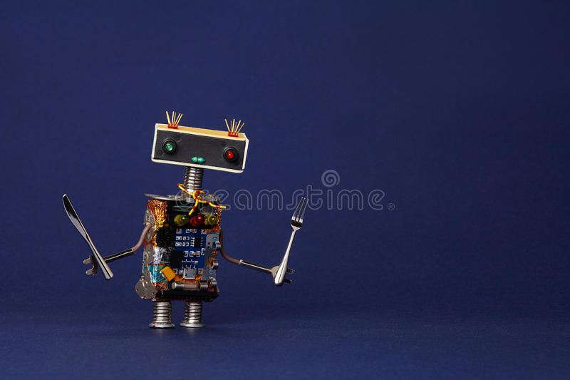 Cameriere amichevole del robot con la forcella ed il coltello Carattere di cottura sveglio del giocattolo del cuoco unico della c fotografia stock