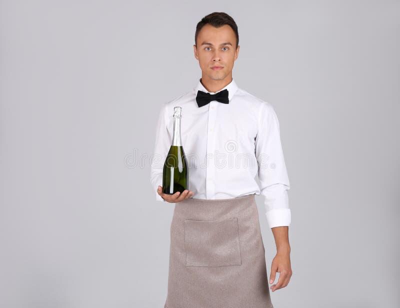 Cameriere con la bottiglia di champagne immagine stock libera da diritti