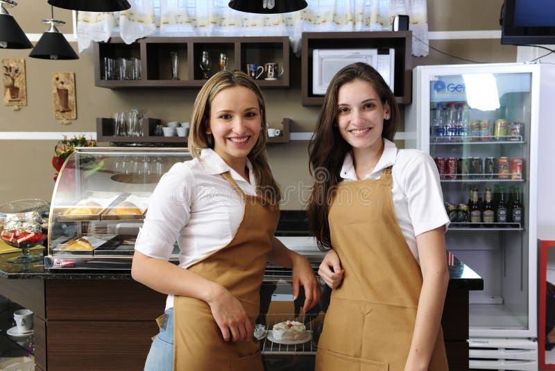 Cameriere di bar che lavorano ad un caffè fotografia stock libera da diritti