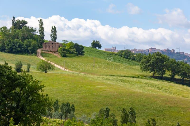 Camerino en Italia Marche sobre campos coloridos fotos de archivo