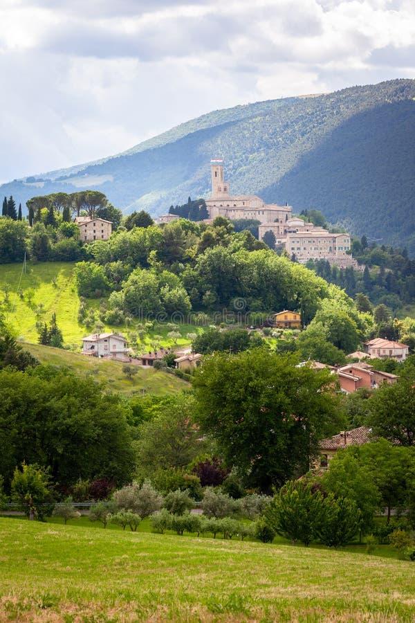Camerino en Italia Marche sobre campos coloridos imagenes de archivo
